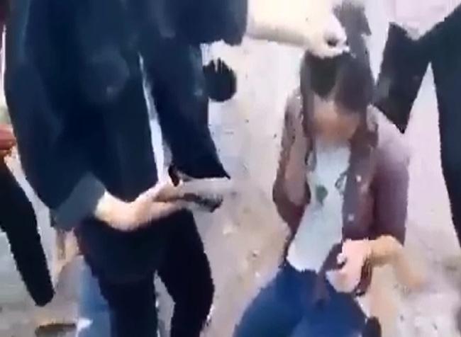 Triệu tập 4 em lớp 9 trong vụ hai nữ sinh bị đánh hội đồng dã man ở Nghệ An - Ảnh 2.