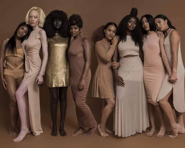 Vẻ đẹp của cô gái có làn da đen kỳ lạ nhất thế giới - Ảnh 1.
