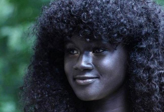 Vẻ đẹp của cô gái có làn da đen kỳ lạ nhất thế giới - Ảnh 2.