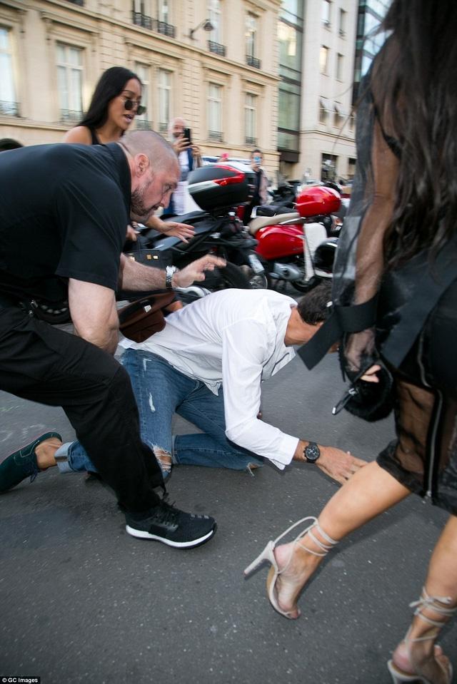 Vệ sĩ Pascal Duvier đứng ra bảo vệ Kim Kardashian khi cô bị nhà báo biến thái làm phiền hồi đầu tuần trước.