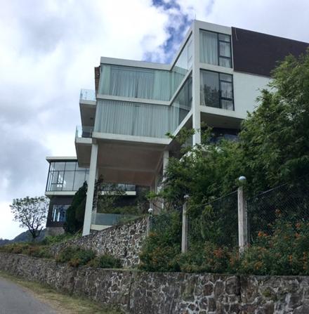 Biệt thự hoành tráng được thiết kế xây dựng theo phong cách Châu Âu với 3 tầng chính.