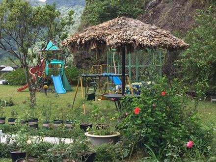Khu vực sân chơi dành cho trẻ con những dịp các gia đình đưa con nhỏ lên đây chơi.