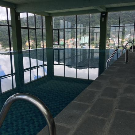Trên tầng 3 của căn biệt thự có cả bể bơi rộng vài chục m2.