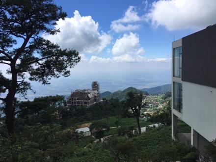 Toạ lạc tại vị trí cao nhất của đỉnh Tam Đảo, một số người kháo nhau vào những hôm trời trong xanh không mây mù thì có thể vút mắt ngắm được Thủ đô Hà Nội.