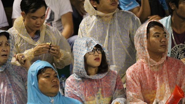 Bất chấp cơn mưa dai dẳng, hàng vạn CĐV vẫn kiên nhẫn theo dõi đội tuyển thi đấu từ đầu đến cuối