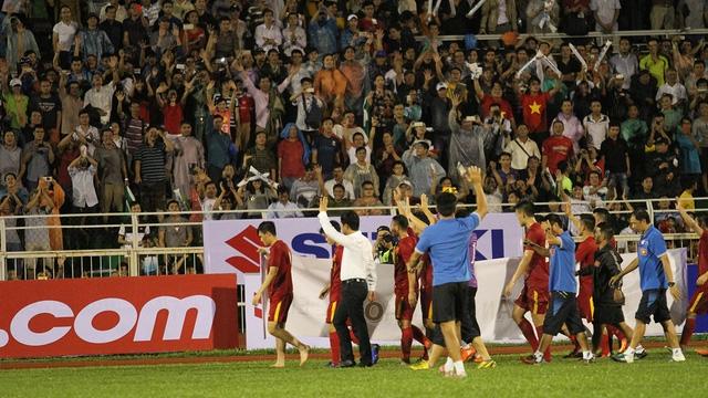 HLV Nguyễn Hữu Thắng và các học trò cảm ơn người hâm mộ sau trận đấu