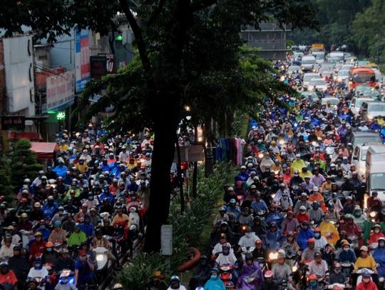 Kinh hoàng nhất là ở khu vực vòng xoay Lăng Cha Cả (quận Tân Bình). Hàng ngàn phương tiện xếp ken đặc trên mặt đường, nhích từng chút di chuyển trong cơn mưa chiều. Mặt đường kẹt cứng gần như không còn chỗ trống. Xe máy phải luồn lách trước đầu ô tô để di chuyển