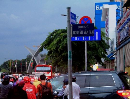 Nhiều phương tiện chuyển làn để qua các giao lộ, khiến tình hình ùn ứ trên đường Trường Sơn và các tuyến đường kế bên càng trở nên căng thẳng