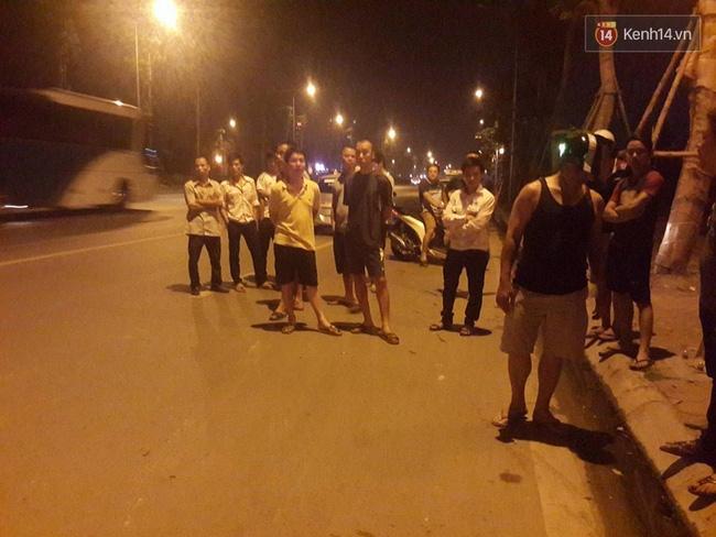 Hà Nội: Giây phút bắt sống nam thanh niên 19 tuổi cứa cổ lái xe taxi trong đêm - Ảnh 3.