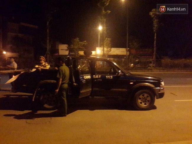 Hà Nội: Giây phút bắt sống nam thanh niên 19 tuổi cứa cổ lái xe taxi trong đêm - Ảnh 4.