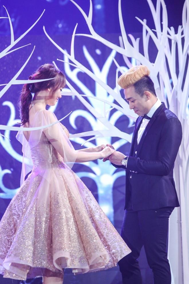Tran Thanh om ap Hari Won tren san khau hinh anh 2
