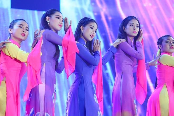 Tran Thanh om ap Hari Won tren san khau hinh anh 10