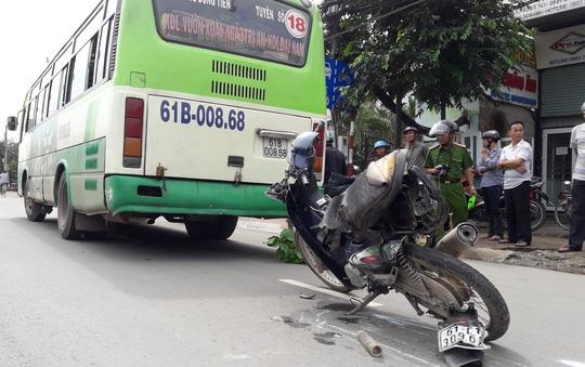 Xe máy biến dạng vì bị xe buýt kéo lê
