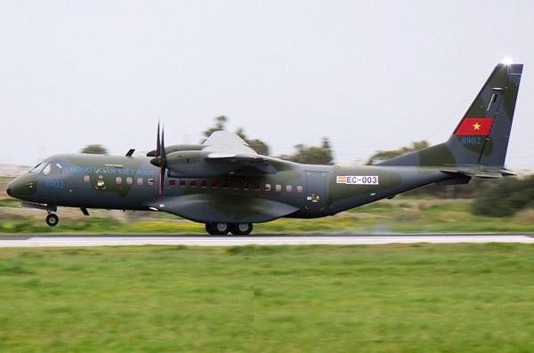 Airbus trình diễn máy bay vận tải C295 dùng tiếp dầu trên không - ảnh 2