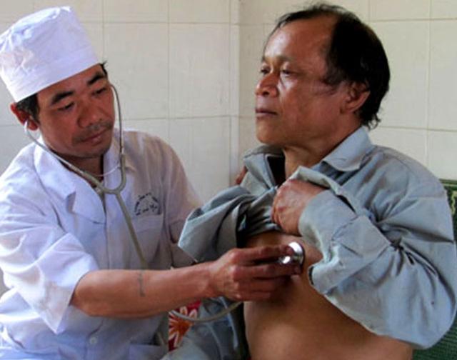 Trạm trưởng Nguyễn Cao Bằng khám bệnh cho người dân