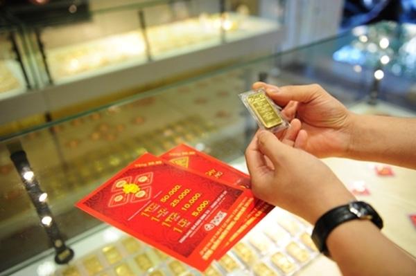 Vàng SJC hiện cao hơn giá vàng thế giới quy đổi 1,6 triệu đồng/lượng.