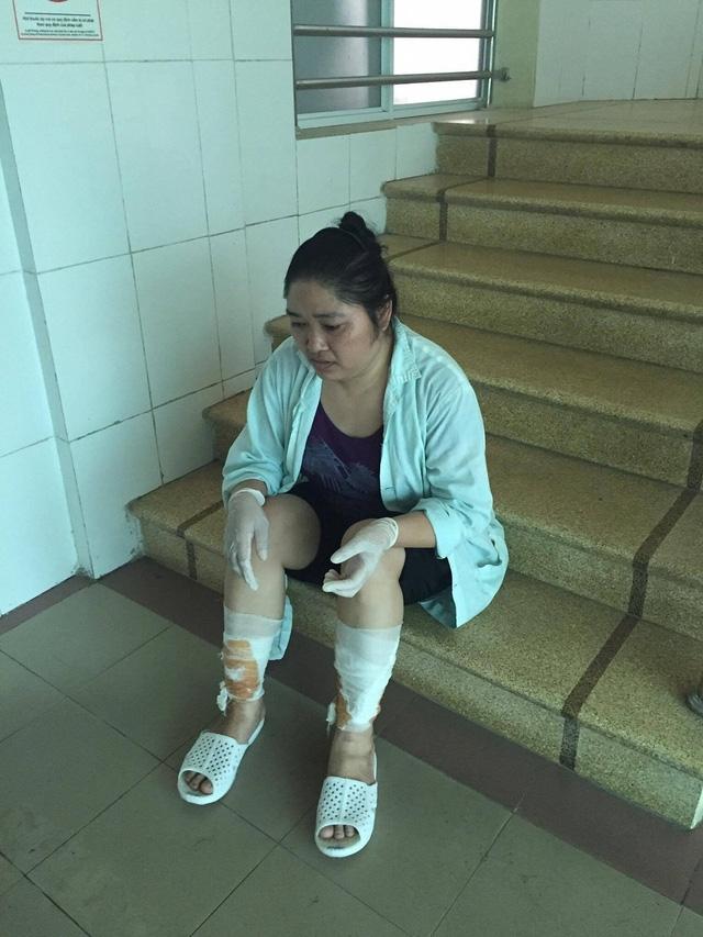 Nhiều lúc đau quá chị phải ngồi phịch xuống đất để nghỉ ngơi.