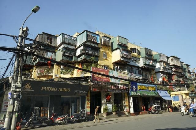... hay tòa nhà này trên phố Khâm Thiên.
