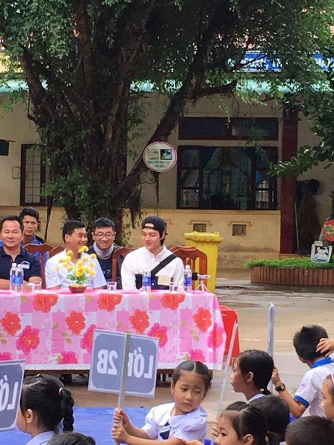 Sao nhí một thời Yeo Jin Goo điển trai, giản dị xuất hiện tại một trường học ở tỉnh Quảng Trị - Ảnh 1.