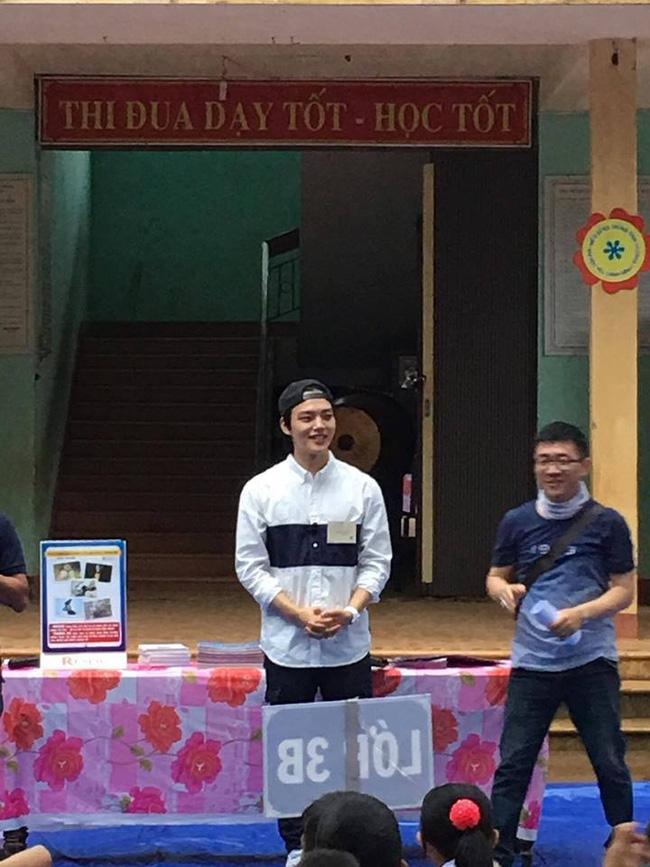 Sao nhí một thời Yeo Jin Goo điển trai, giản dị xuất hiện tại một trường học ở tỉnh Quảng Trị - Ảnh 2.