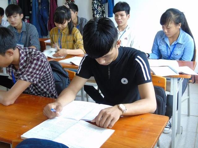 Ngồi trong lớp học nhưng em Khánh luôn cúi mặt mỗi khi có người lạ xuất hiện