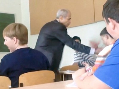 Bị rút tai nghe trong giờ học, nam sinh chửi bậy, đấm thẳng vào mặt thầy giáo lớn tuổi
