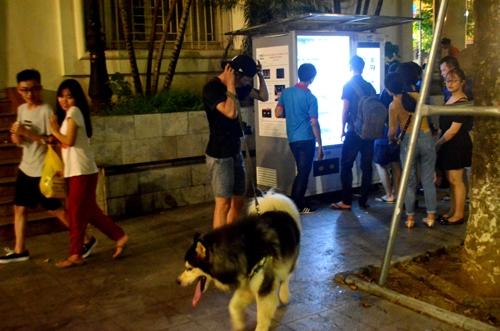 Cô gái sợ hãi khi đi qua một con chó dữ không rọ mõm ở phố đi bộ hồ Gươm