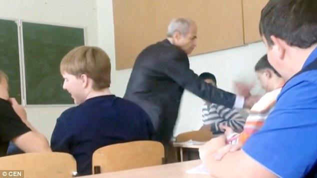 Bị rút tai nghe trong giờ học, nam sinh chửi bậy, đấm thẳng vào mặt thầy giáo lớn tuổi - Ảnh 2.