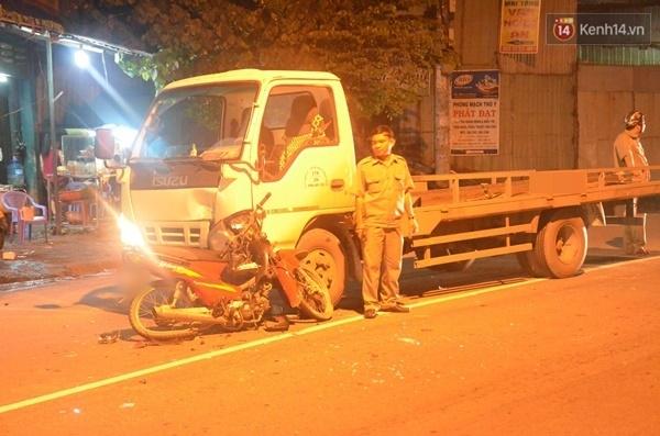 Điều khiển xe máy tông trực diện vào xe tải, đôi nam nữ ở Sài Gòn nguy kịch - Ảnh 1.