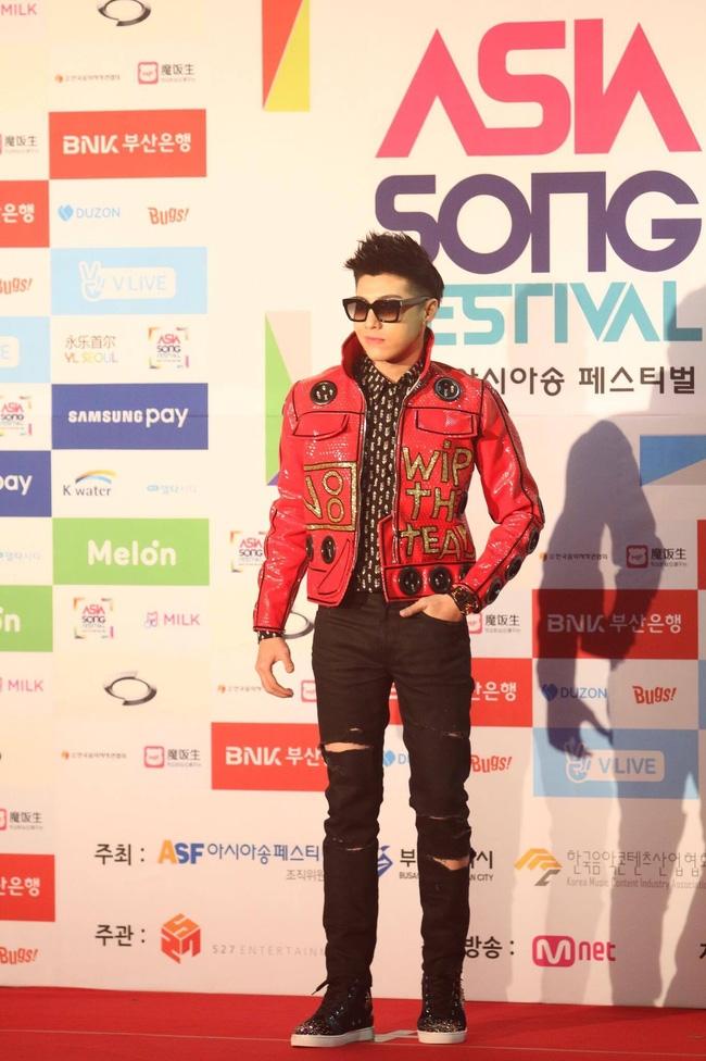 Noo Phước Thịnh cực ngầu bên dàn thần tượng đình đám xứ Hàn trên thảm đỏ Asia Song Festival 2016 - Ảnh 1.