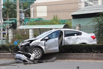 Chiếc ô tô 4 chỗ bị hất văng lên dải phân cách.