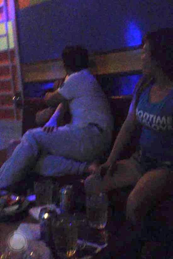 """Phía sau cánh cửa karaoke- Kỳ 2: Cuộc chiến giữa các """"đào hát"""" để kiếm tiền bo từ khách"""