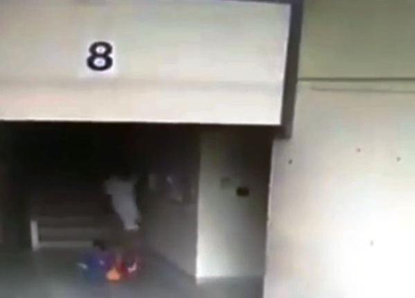 Thái Lan: Người đàn ông đánh đập dã man cậu bé 7 tuổi vì tội bắt nạt con trai mình - Ảnh 2.