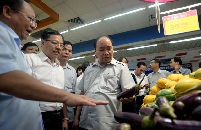 Thủ tướng tự tay kiểm tra nhiều mặt hàng.