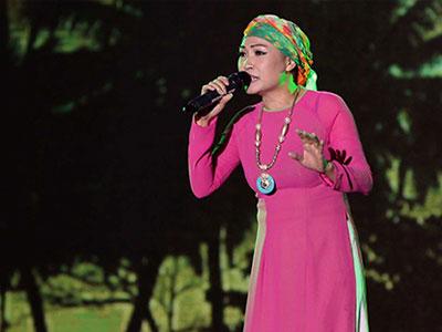 Phương Thanh quấn khăn che đầu trọc trên sân khấu