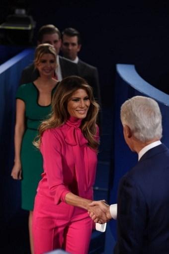 Ảnh ấn tượng trong cuộc tranh luận thứ 2 của Trump và Clinton - ảnh 1