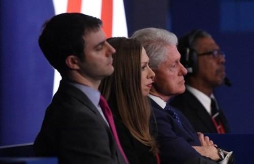 Ảnh ấn tượng trong cuộc tranh luận thứ 2 của Trump và Clinton - ảnh 4