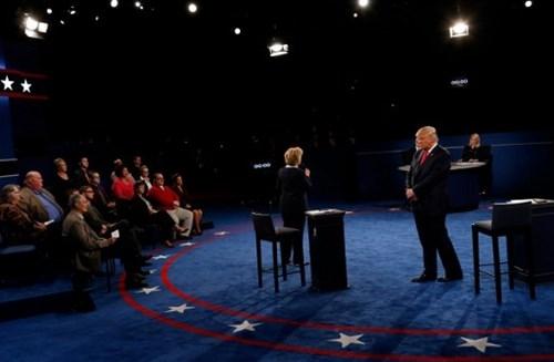 Ảnh ấn tượng trong cuộc tranh luận thứ 2 của Trump và Clinton - ảnh 5