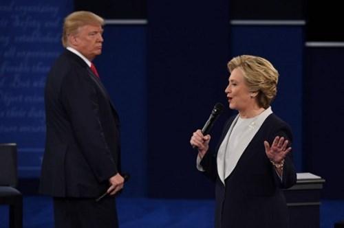 Ảnh ấn tượng trong cuộc tranh luận thứ 2 của Trump và Clinton - ảnh 7