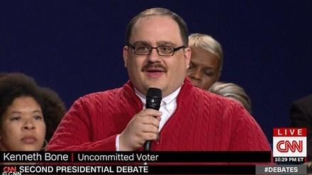 Anh Kenneth Bone khiến dân Mỹ chao đảo vì câu hỏi gửi đến hai ứng viên Tổng thống.