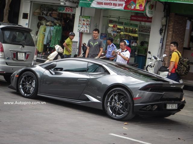 Xuất hiện vào ngày cuối tuần và trên con phố thượng lưu Nguyễn Huệ được xem như thiên đường siêu xe Dubai tại Việt Nam, nên chiếc Lamborghini Huracan LP610-4 này thu hút khá nhiều sự chú ý của người đi đường.