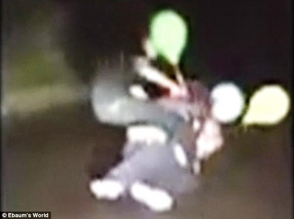 Người dân Úc ám ảnh trước sự khủng bố của những chú hề kinh dị trên đường phố - Ảnh 3.