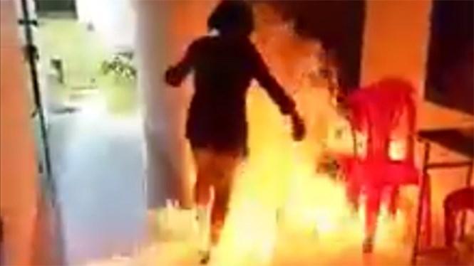 Cảnh T. chạy ra khỏi đám chám sau khi châm lửa đốt xăng  /// Ảnh cắt từ clip