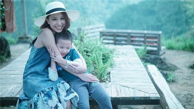 Vân Hugo hiện đang có cuộc sống bình yên bên con trai. Cô luôn cố gắng trở thành một bà mẹ mạnh mẽ để chăm sóc và bù đắp cho con trai.