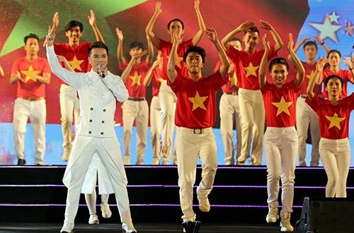 Ca sĩ Đàm Vĩnh Hưng chia sẻ: Với trách nhiệm công dân của mình, dù  đang chuẩn bị cho live show riêng tại Hà Nội, tôi vẫn hào hứng nhận lời hát tại quê  Bác trong một chương trình mang nhiều ý nghĩa xã hội, cộng đồng. Phải nói không  khí khán giả và dàn dựng của chương trình tại Nghệ An quá tuyệt vời.  Anh còn nhận được sự cổ vũ cuồng nhiệt của khán giả khi nhảy cùng 60 vũ  công và cất cao lời ca hiệu triệu Tổ quốc gọi tên mình được phối theo thể loại nhạc  điện tử EDM.