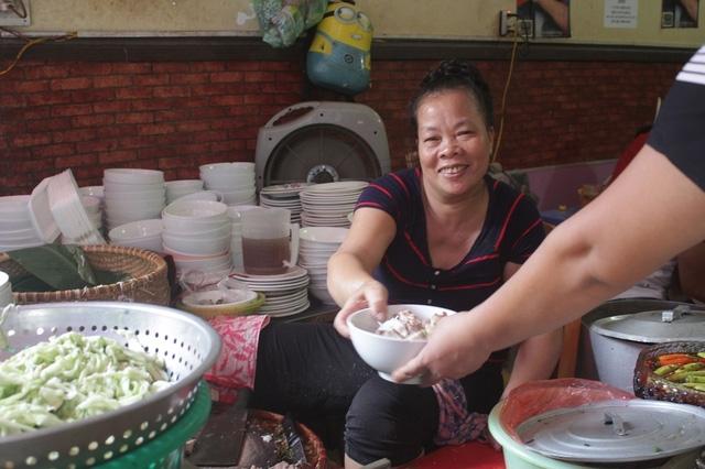 Bà Hán Thị Kim Thảo - chủ quán bún cho biết, lượng khách đến quán của bà tăng gấp 2 - 3 lần sau khi được giới thiệu trên kênh CNN của Mỹ