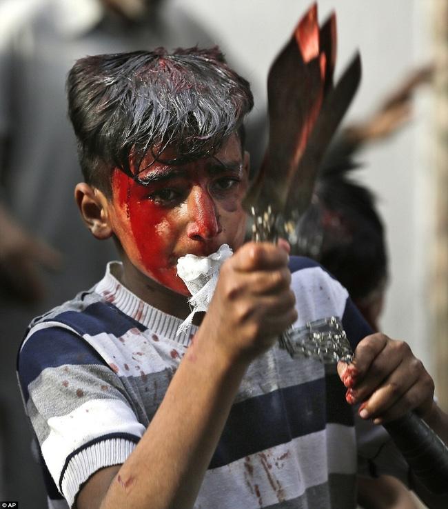 Rạch đầu trẻ nhỏ, nghi lễ rửa tội rùng rợn của người Hồi giáo - Ảnh 2.