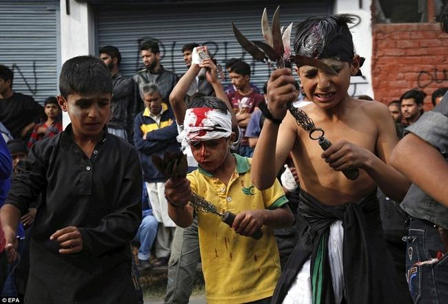 Rạch đầu trẻ nhỏ, nghi lễ rửa tội rùng rợn của người Hồi giáo - Ảnh 3.