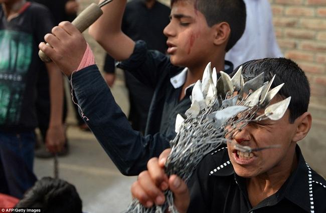 Rạch đầu trẻ nhỏ, nghi lễ rửa tội rùng rợn của người Hồi giáo - Ảnh 4.