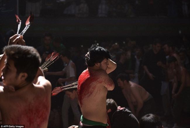 Rạch đầu trẻ nhỏ, nghi lễ rửa tội rùng rợn của người Hồi giáo - Ảnh 7.